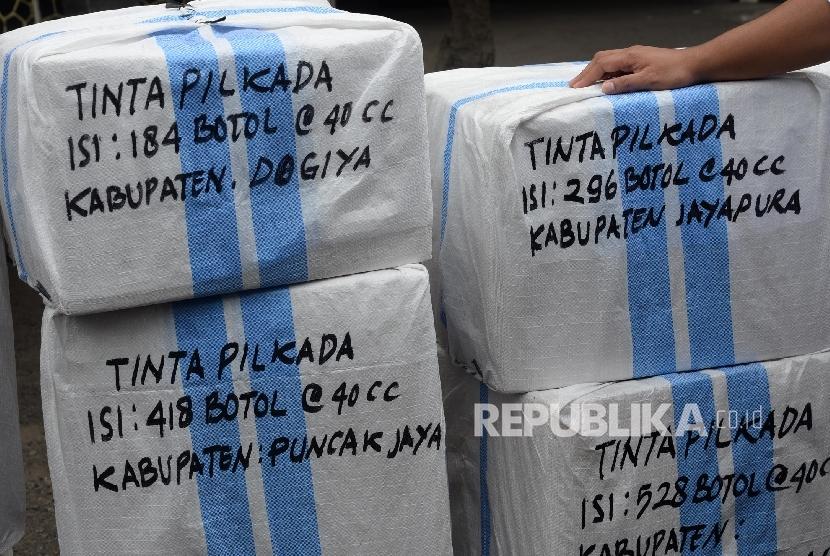 Paket logistik tinta Pilkada yang akan dikirim ke Papua, Jakarta, Jumat (13/1).