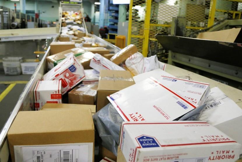Paket-paket berjalan di sabuk konveyor untuk disortir di kantor pos utama di Omaha. Pengiriman paket berisi bom pipa ke sejumlah tempat menimbulkan pertanyaan baru terkait keamanan layanan pos Amerika Serikat.