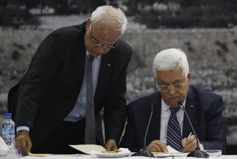 Sekretaris Jenderal Komite Eksekutif Organisasi Pembebasan Palestina (PLO) Saeb Erekat (kiri) dan Presiden Palestina Mahmoud Abbas.