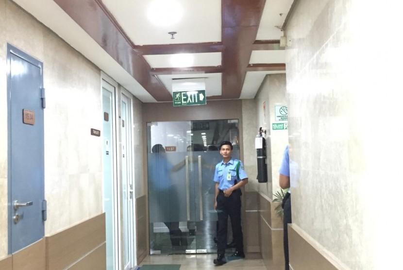Pamdal di gedung parlemen, Jakarta, menjaga ruang kerja Ketua Umum PPP Rommahurmuziy, Jumat (15/3).