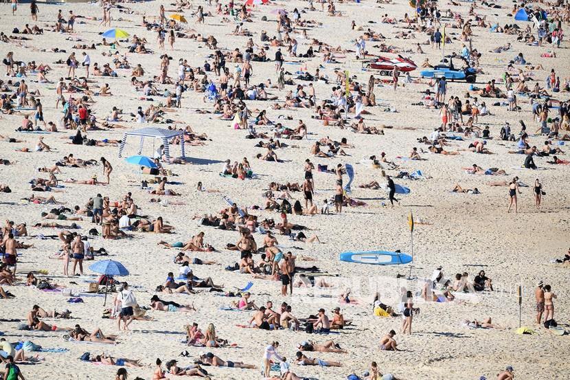 Pandangan umum menunjukkan orang-orang di pantai Bondi, di Sydney, New South Wales, Australia, Sabtu (11/9/2021). Greater Sydney dan wilayah sekitarnya akan tetap dikunci hingga setidaknya akhir September, karena otoritas kesehatan berjuang untuk menahan wabah virus corona. strain Delta yang ganas dari SARS-CoV-2, virus yang menyebabkan COVID-19.