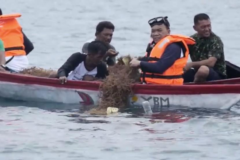 Panen Perdana Budidaya Rumput Laut. Bupati Halmahera Barat Danny Missy mengunjungi Menteri Koperasi dan Usaha Kecil Menengah (UKM) Teten Masduki untuk membahas pengembangan UKM, terutama sektor budi daya pertanian.