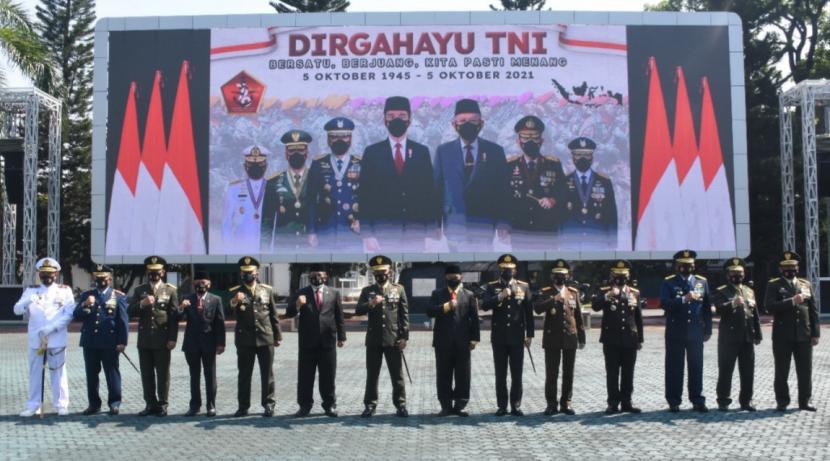 Pangdam III Siliwangi bersama Forkopimda mengikuti upacara HUT TNI ke76 secara virtual di Lapangan Makodam.