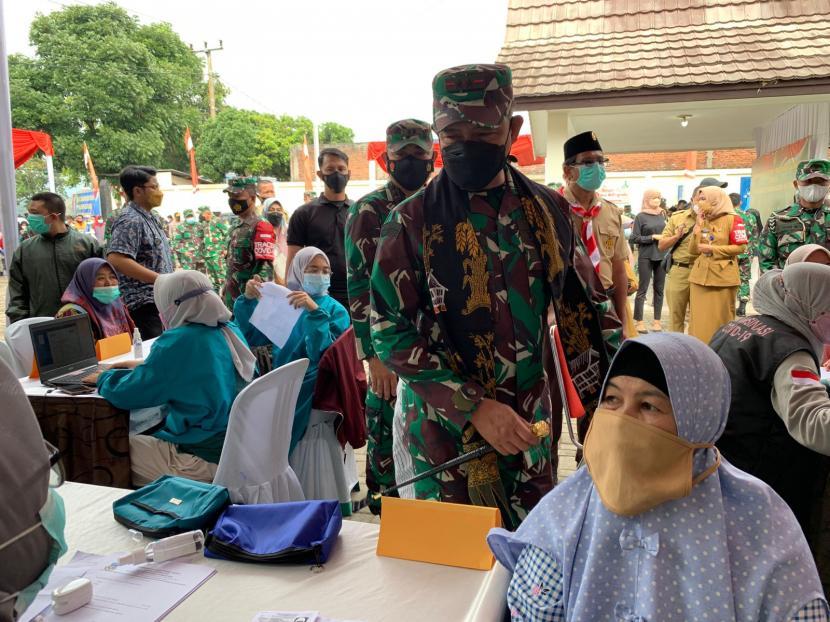 Pangdam III Siliwangi, Mayjen Agus Subiyanto, meninjau kegiatan vaksinasi di Kecamatan Samarang, Kabupaten Garut.