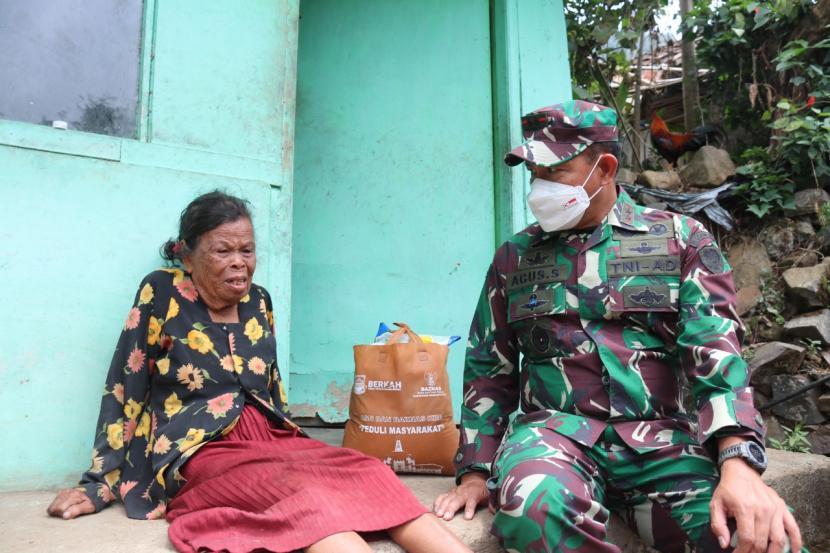 Pangdam III Siliwangi, Mayjen TNI Agus Subiyanto, menyapa nenek Asih (90 tahun) yang tinghal seorang diri di Kampung Suntenjaya, Kecamatan Lembang, Kabupaten Bandung Barat.