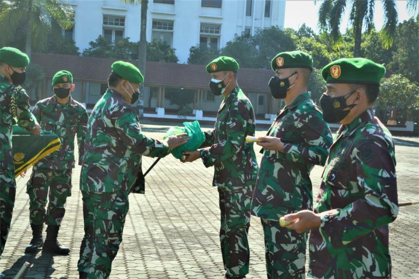 Pangdam III Siliwangi, Mayjen TNI Nugroho Budi Wiryanto saat memimpin  upacara Pendistribusian Bantuan Sosial untuk masyarakat di Lapangan Makodam.