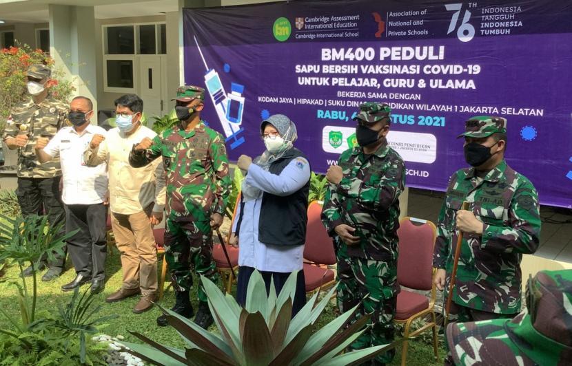 Pangdam Jaya, Mayjen TNI Mulyo Aji turut menghadiri kegiatan vaksinasi yang diadakan oleh Sekolah Bakti Mulya 400 Jakarta, Rabu (4/8).