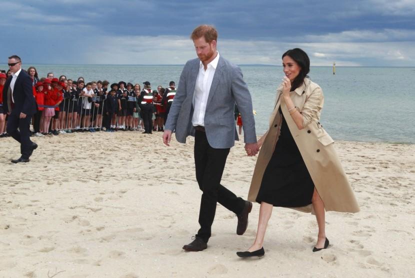 Pangeran harry dan istrinya Meghan Markle di South Melbourne Beach di Melbourne, Australia, Kamis (18/10).
