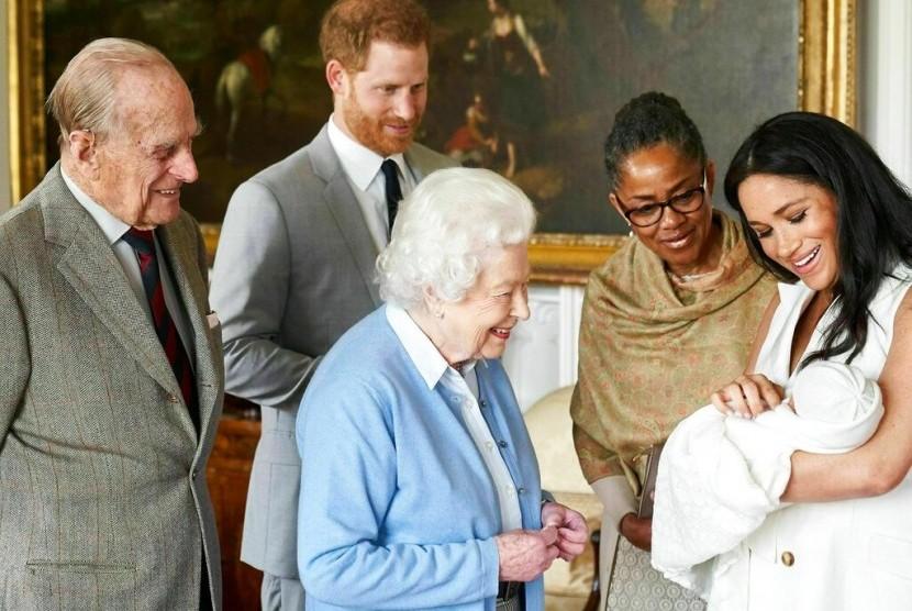 Pangeran Harry dan Meghan Markle bersama ibunda Meghan, Doria Ragland menunjukkan putra mereka Archie Harrison Mountbatten-Windsor kepada Ratu Elizabeth II dan Pangeran Philip di Windsor Castle, Inggris, Rabu (8/5).