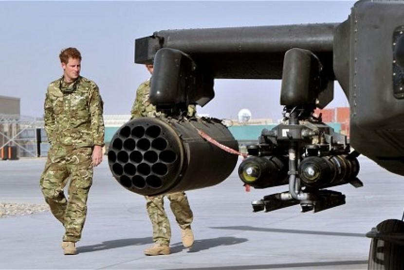 Pangeran Harry ditunjukkan ke salah satu unit helikopter tempur Apache oleh salah satu anggota skuadron di Kamp Bastion, Afghanistan