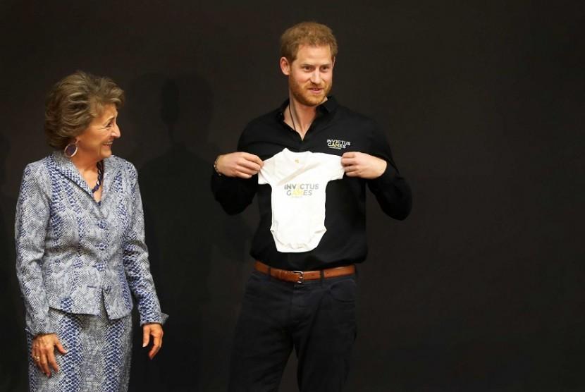 Pangeran Harry mendapat pakaian bayi dari Putri Margriet.