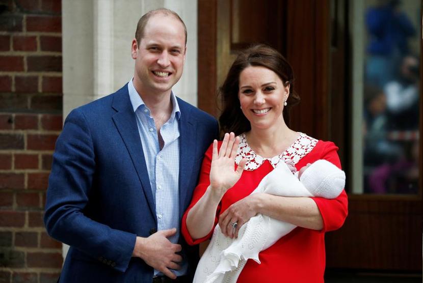 Pangeran William dan istrinya Kate mengenalkan bayi laki-laki mereka kepada publik.