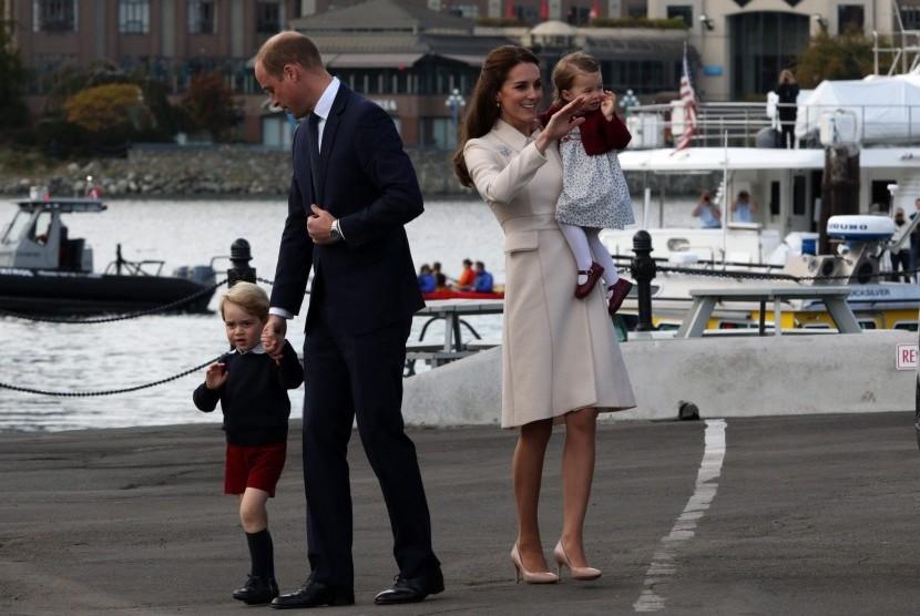 Pangeran William dan Kate Middleton bersama kedua anak mereka saat melakukan lawatan ke Kanada.