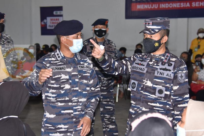 Panglima Komando Armada (Pangkoarmada) I, Laksda Arsyad Abdullah (kanan).