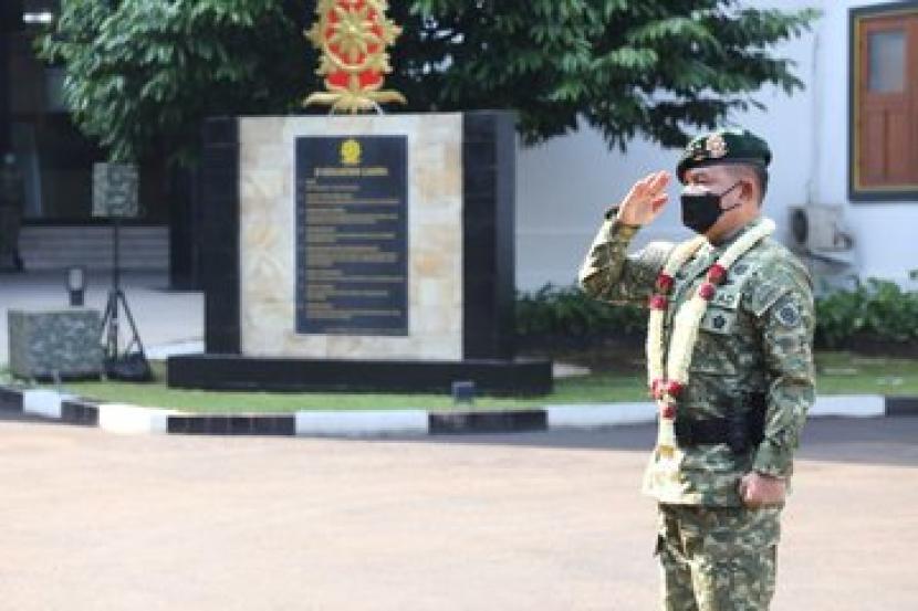 Panglima Komando Cadangan Strategis Angkatan Darat (Pangkostrad), Mayjen Dudung Abdurachman, dan 29 Pati TNI menerima kenaikan pangkat lebih tinggi dari pangkat semula