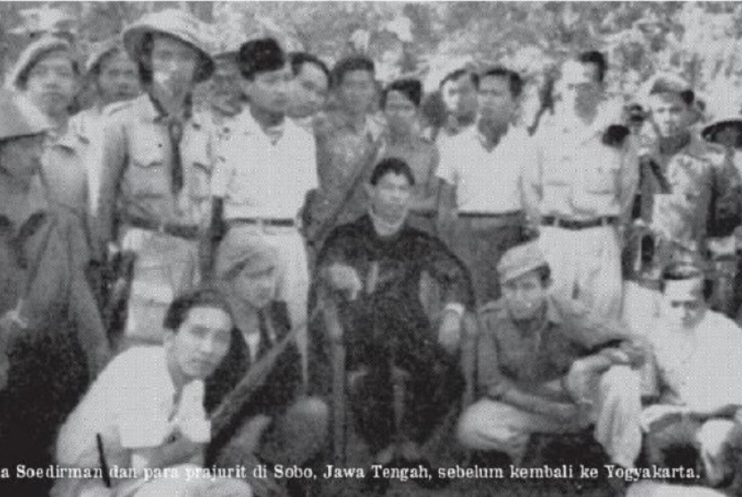 Panglima Soedirman, dan para prajurit di Sobo, Jawa Tengah, sebelum kembali ke Yogyakarta.
