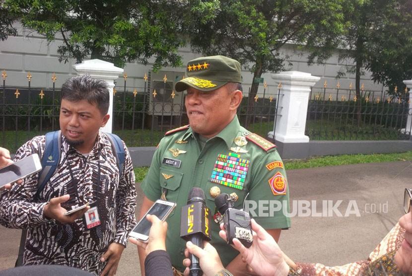 Panglima TNI Gatot Nurmantyo memberikan keterangan terkait pemilihan KSAU Hadi Tjahjanto sebagai Panglima TNI yang baru di Istana Kepresidenan, Bogor, Selasa, (5/12).