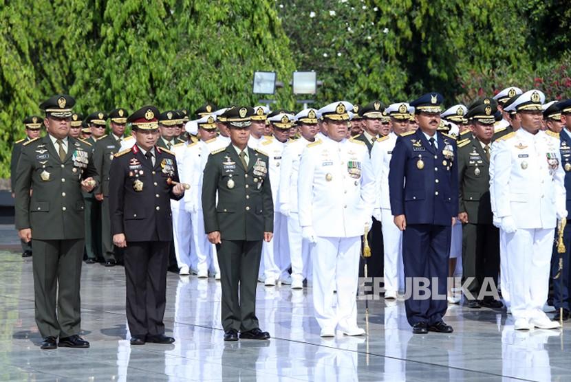 Panglima TNI Jenderal Gatot Nurmantyo melaksanakan Ziarah Nasional dalam rangka Hari Pahlawan yang dipimpin oleh Presiden RI Ir. H. Joko Widodo, bertempat di Taman Makam Pahlawan Kalibata, Jakarta Selatan, Jumat (10/11