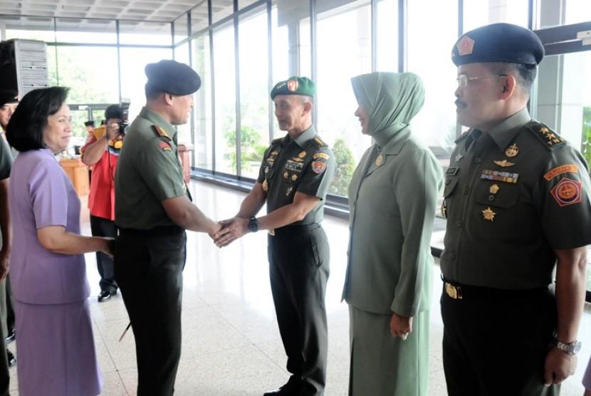 Panglima TNI Jenderal Gatot Nurmantyo menyalami KSAD Jenderal Mulyono.