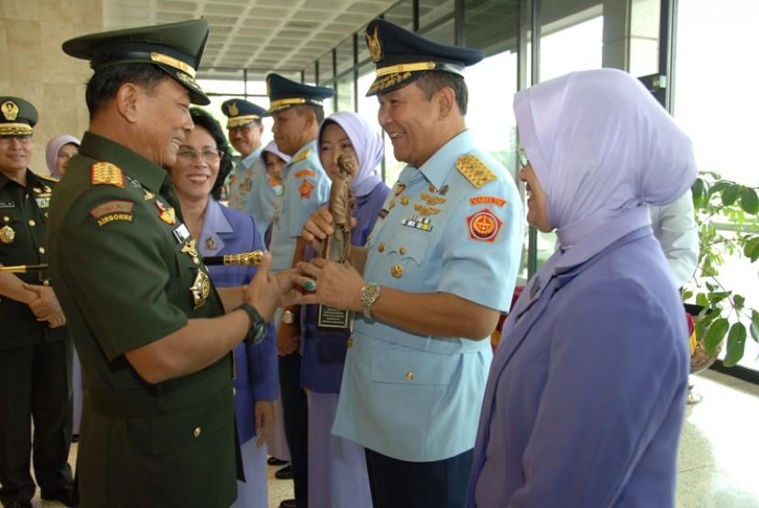 Panglima TNI Jenderal Moeldoko memberi cenderamata kepada Marsda Karibiyama.