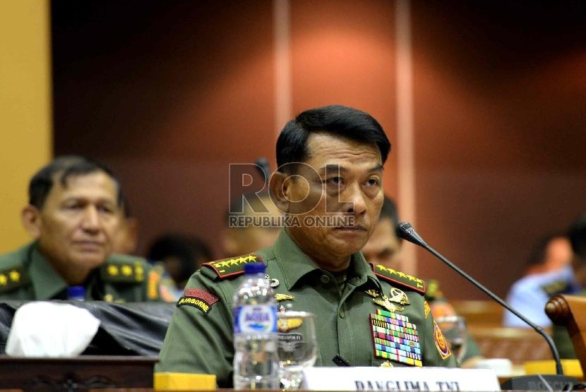 Panglima TNI Jenderal Moeldoko mengikuti rapat kerja bersama Komisi I DPR RI, Komplek Parlemen Senayan, Jakarta, Kamis (29/1). (Republika/ Wihdan)