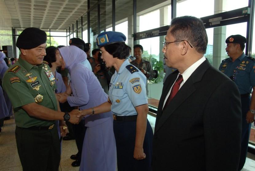 Panglima TNI Jenderal Moeldoko menyalami Pati Sahli KSAU bidang Iptek Marsma Eni Eko Kusdiastuti.