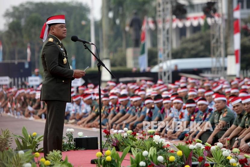 Panglima TNI Jenderal TNI Gatot Nurmantyo menyampaikan pidatonya pada acara doa bersama di lapangan Plaza Mabes TNI Cilangkap, Jakarta, Kamis (17/8).