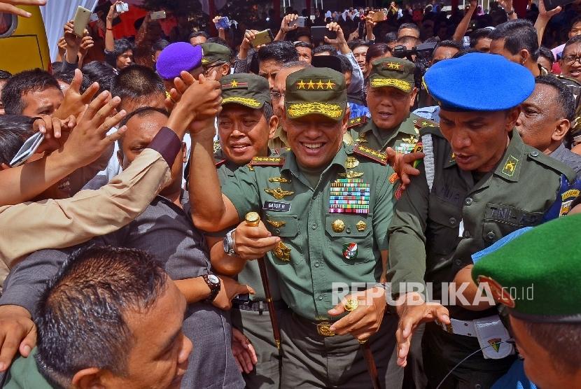 Panglima TNI Jenderal TNI Gatot Nurmantyo (tengah).