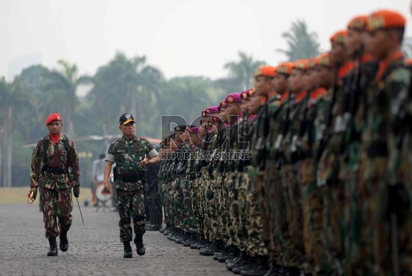 Panglima TNI Jenderal TNI Moeldoko memeriksa pasukan satuan Pasukan Khusus TNI saat peresmian Komando Operasi Pasukan Khusus Gabungan (Koopssusgab) di Lapangan Monas, Jakarta, Selasa (9/6).(Republika/Wihdan Hidayat)