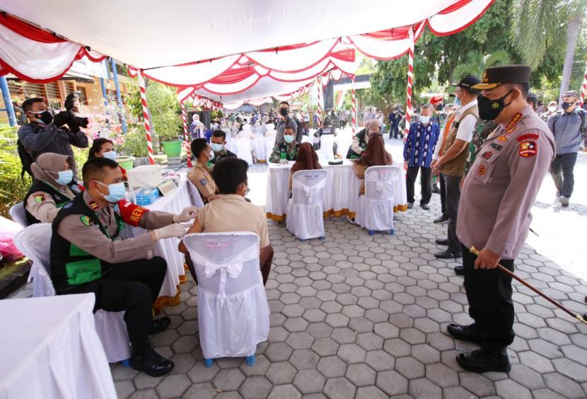 Panglima TNI Marsekal Hadi Tjahjanto dan Kapolri Jenderal Listyo Sigit Prabowo meninjau pelaksanaan vaksinasi massal serentak di Provinsi Nusa Tenggara Barat (NTB), Jumat (10/9).