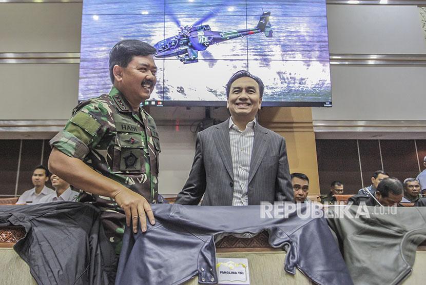 Panglima TNI Marsekal Hadi Tjahjanto (kiri) berbincang dengan Anggota DPR Effendi Simbolon (kanan) sebelum rapat kerja Komisi I DPR dengan Panglima TNI dan Kepala BSSN di Kompleks Parlemen Senayan, Jakarta, Kamis (24/5).