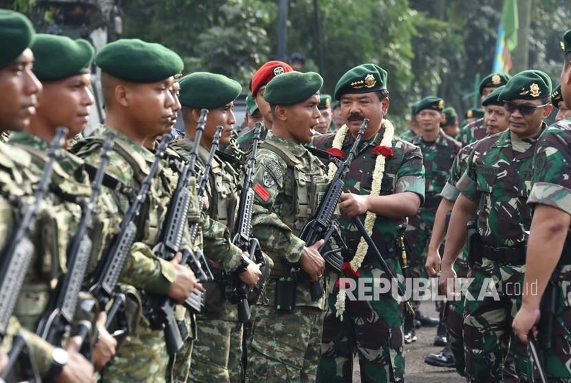 Panglima TNI Marsekal Hadi Tjahjanto memimpin Apel Khusus prajurit Kostrad di Mako Divisi Infanteri 1 Kostrad Cilodong, Senin (14/01/2019).