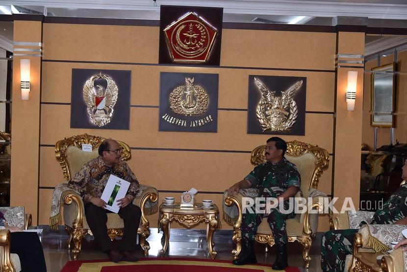 Panglima TNI Marsekal  Hadi Tjahjanto menerima kunjungan Ketua Badan Amil Zakat Nasional (Baznas) Prof. Dr. Bambang Sudibyo, M.B.A., C.A., di Mabes TNI, Cilangkap, Jakarta Timur, Kamis (14/2/2019).