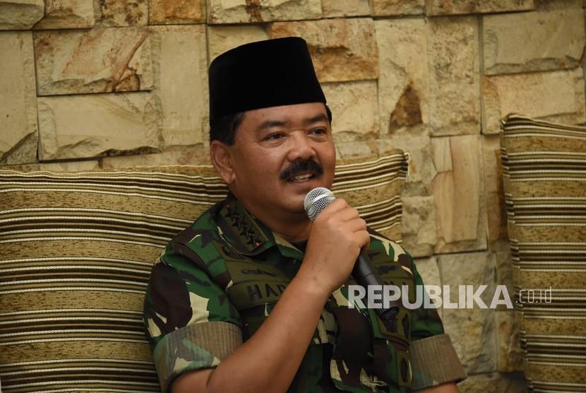 Panglima TNI Marsekal Hadi Tjahjanto mengunjungi Pondok Pesantren Salafiyah Syafi'iyah, Sukorejo, Kabupaten Situbondo, Jawa Timur, usai meninjau latihan operasi gabungan, Rabu (28/11/2018).