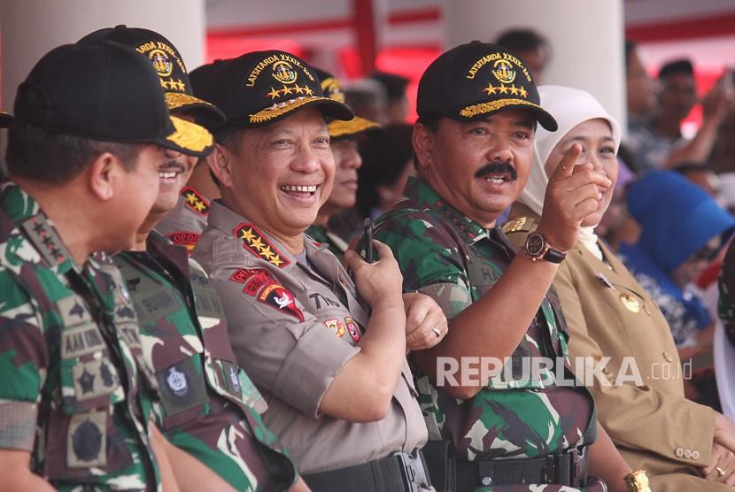 Panglima TNI Marsekal TNI Hadi Tjahjanto (kedua kanan) berbincang dengan Kapolri Jenderal Pol Tito Karnavian (tengah)