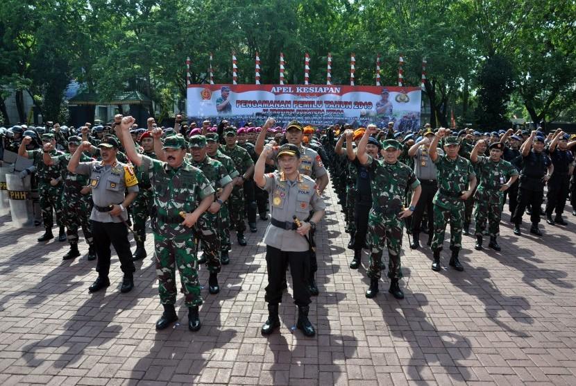 Panglima TNI Marsekal TNI Hadi Tjahjanto (keempat kiri)