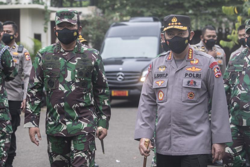 Panglima TNI Marsekal TNI Hadi Tjahjanto (kiri) dan Kapolri Jenderal Pol Listyo Sigit Prabowo (kiri)