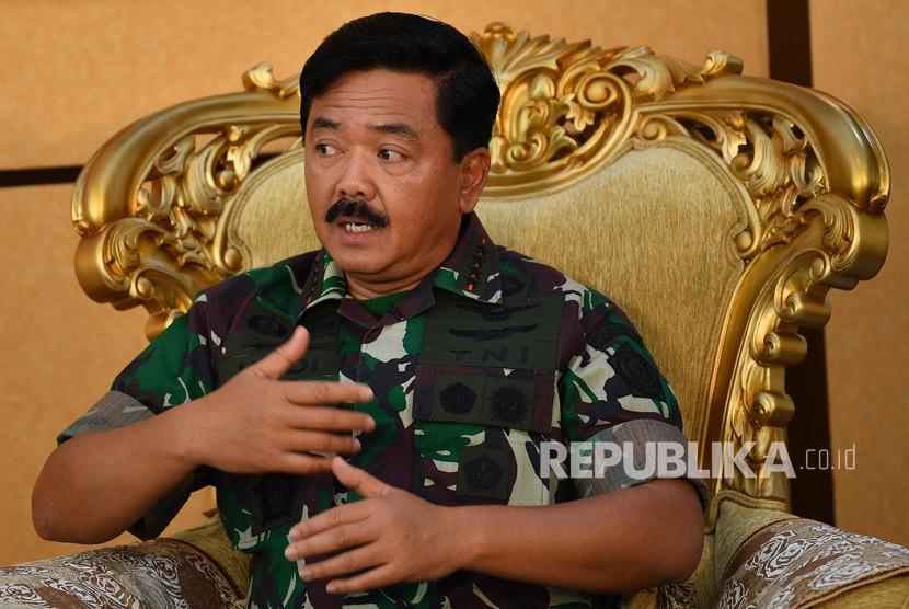 Panglima TNI Marsekal TNI Hadi Tjahjanto menjawab pertanyaan saat sesi wawancara khusus dengan LKBN Antara di Mabes TNI, Cilangkap, Jakarta Timur, Jumat (8/3/2019).