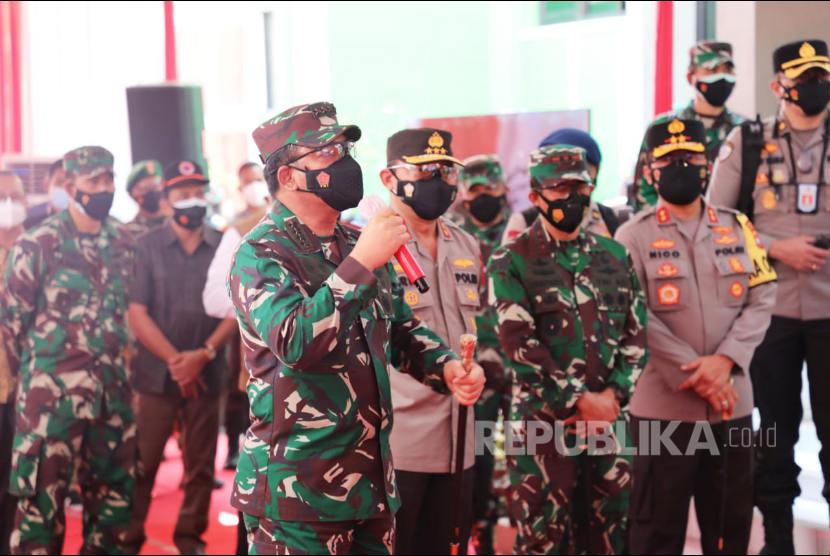 Panglima TNI Marsekal TNI Hadi Tjahjanto, S.I.P. membagikan bantuan khusus berupa 100 unit Laptop untuk mendukung tugas empat pilar yang akan digunakan bagi Tenaga Tracer Covid-19 yang bertugas di setiap Puskesmas