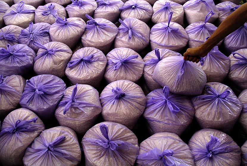 Panitia amil zakat mengumpulkan zakat fitrah dari warga di Masjid Al-Hilal Katangka, Kabupaten Gowa, Sulawesi Selatan, Senin (13/7).