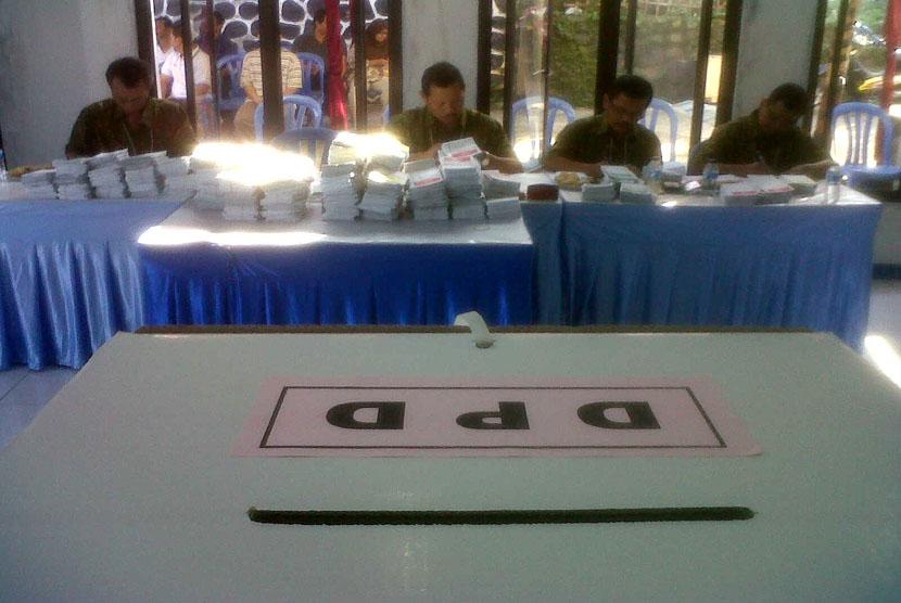 Panitia KPPS Menghitung jumlah surat suara sedang menghitung jumlah surat suara di TPS 29 komplek LIPI,Rawapanjang,Bojonggede,Bogor, Rabu (9/4).