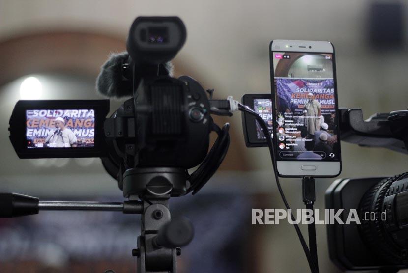 Melalui media jejaring sosial, warga bisa langsung mengupload atau memviralkan berita (Ilustrasi)