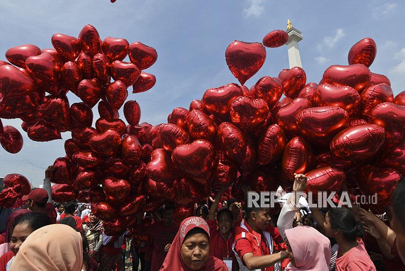 Panitia membawa balon untuk dilepaskan saat acara Untukmu Indonesia di kawasan Monas, Jakarta, Sabtu (28/4).