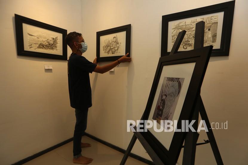 Panitia merapikan sketsa yang akan dipamerkan secara virtual di UPTD Taman Budaya Banda Aceh, Aceh, Jumat (30/7/2021). Pameran sketsa internasional dengan tema istirahat tersebut menampilkan 37 karya seniman dari Rusia, Malaysia, Belanda, Amerika Serikat dan karya seniman Medan, Aceh, Makasar yang berlangsung sampai 31 Juli 2021.