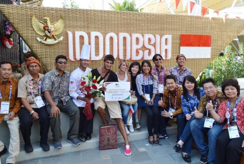 Panitia Paviliun Indonesia di Milan Expo 2015, memberi cenderamata kepada pengunjung ke sejuta.
