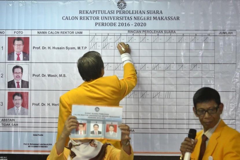 Panitia Pemilihan Rektor Universitas Negeri Makassar (UNM) melakukan rekapitulasi penghitungan suara di gedung Phinisi kampus UNM, Makassar, Sulawesi Selatan, Kamis, (3/3).
