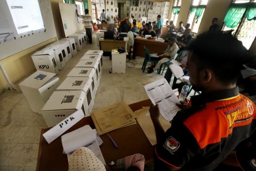 Panitia Pemungutan Suara (PPS) dan sejumlah saksi partai politik melakukan rekapitulasi hasil pemungutan suara Pemilu serentak 2019  (ilustrasi)