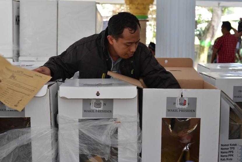 Panitia Pemungutan Suara (PPS) melakukan rekapitulasi hasil penghitungan suara pemilu 2019 di Kecamatan Jombang, Jawa Timur, Selasa (23/4/2019).