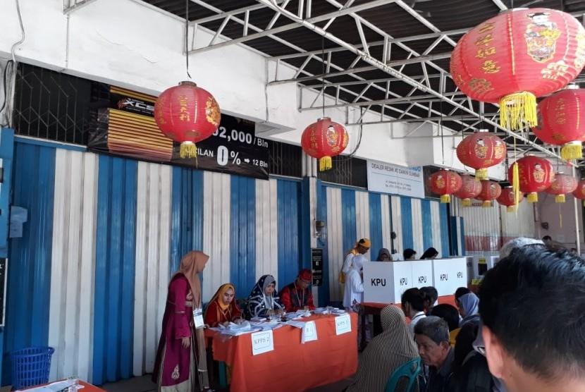 Panitia TPS 2 Kelurahan Belakang Pondok, Kota Padang menampilkan kesan budaya Minang, Tiongkok dan India saat hari  pencoblosan Pemilu Serentak, Rabu (17/4).