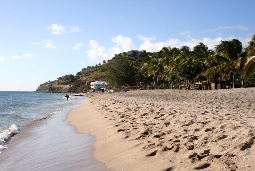 Pantai berpasir putih di St Kitts dan Nevis.